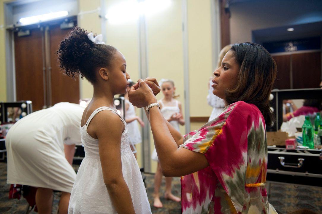 Holly (r.) bereitet ihre Tochter (r.) für den bevorstehenden Wettkampf vor. - Bildquelle: 2011 A&E Television Networks, LLC. All rights reserved.