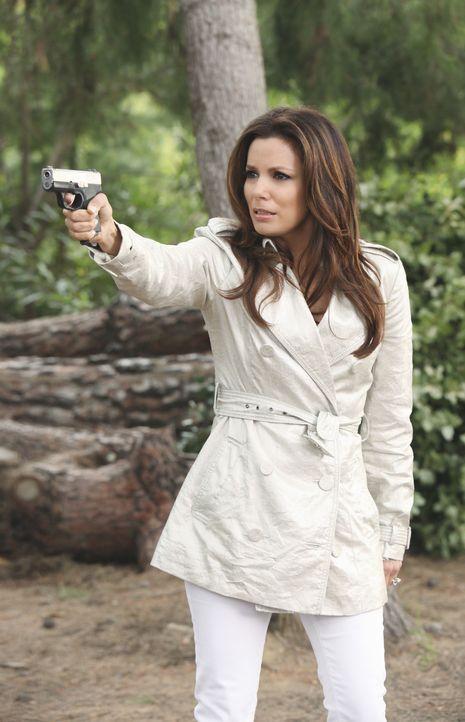 Während die Vorbereitungen für eine Dinnerparty im vollen Gange sind, bedroht Gabrielle (Eva Longoria) ihren Stiefvater Alejandro mit einer Waffe un... - Bildquelle: ABC Studios