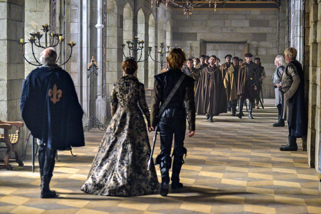 Königin Katherine (Megan Follows, vorne M.) und Prinz Francis (Toby Regbo, vorne r.) begrüßen den italienischen Graf Vincent (Michael Aronov, hinten... - Bildquelle: Sven Frenzel 2013 The CW Network, LLC. All rights reserved.