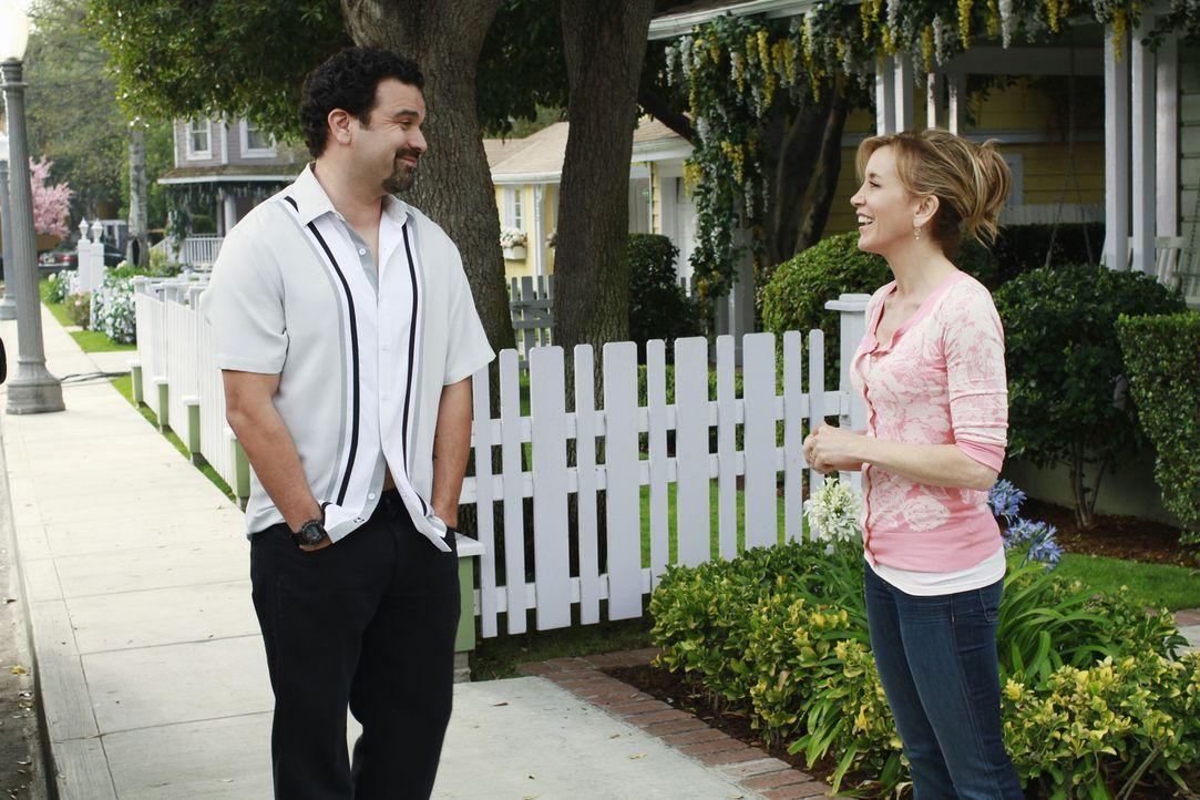 Tom erhält ein gutes Stellenangebot, zögert aber wegen Carlos (Ricardo Antonio Chavira, l.), was Lynette (Felicity Huffman, r.) auf die Palme bringt... - Bildquelle: ABC Studios