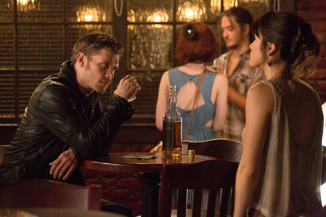 Klaus (Joseph Morgan) und Sophie (Daniella Pineda)  - Bildquelle: Warner Bros. Entertainment Inc.