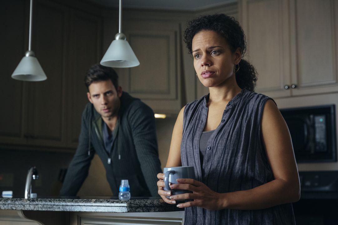 Kann Nick (Steve Lund, l.) Rachel (Genelle Williams, r.) wirklich helfen, als diese glaubt, dass etwas mit ihrem Sohn ganz und gar nicht stimmt? - Bildquelle: 2016 She-Wolf Season 3 Productions Inc.
