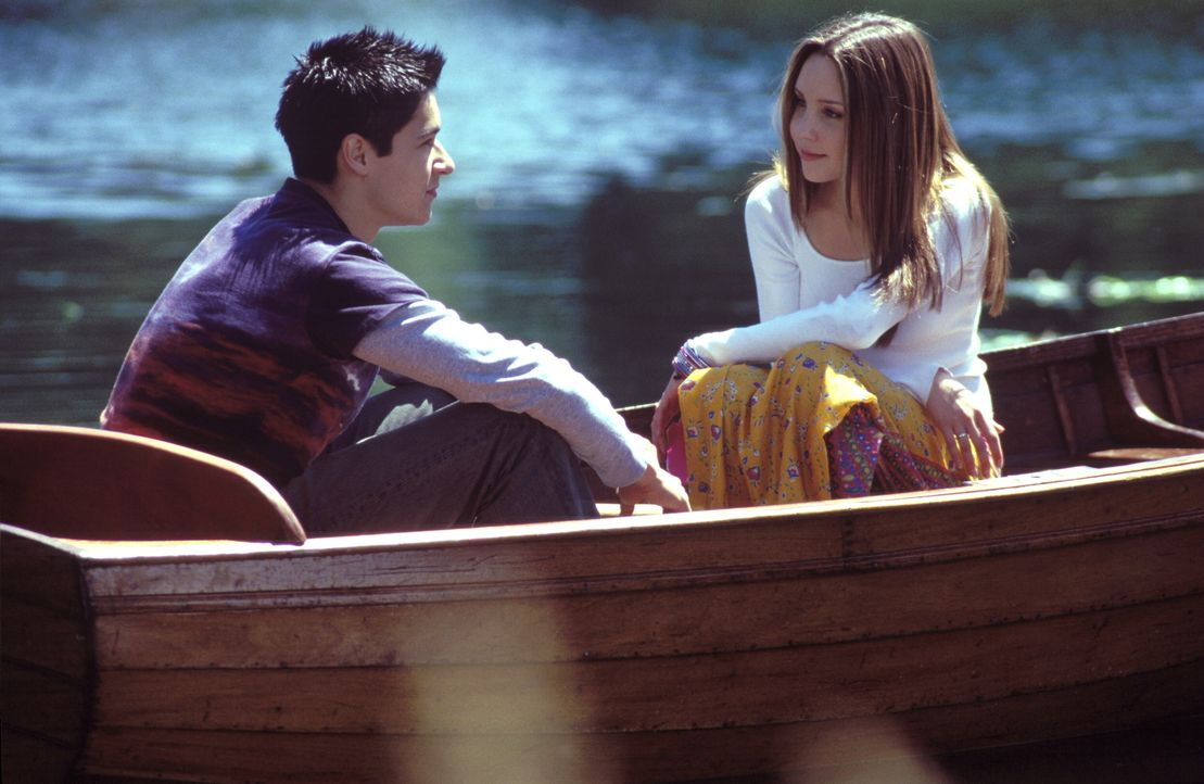 Ian (Oliver James, l.) kann überhaupt nicht verstehen, warum sich Daphne (Amanda Bynes, l.) partout der stocksteifen adligen Gesellschaft anpassen w... - Bildquelle: Warner Bros.