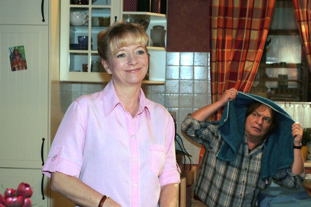Helga sinniert über das anstehende Rendezvous von Lisa und Rokko und hofft, dass die beiden einen schönen Abend verbringen. v.l.n.r.: Helga (Ulrike... - Bildquelle: Monika Schürle SAT.1 / Monika Schürle