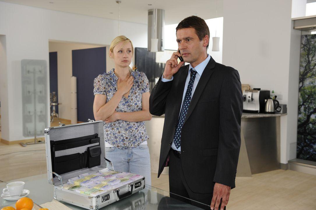 Karin (Barbara Sotelsek, l.) bangt um Stefan (Ulrich Drewes, r.), der sich angespannt zur Lösegeldübergabe aufmacht ... - Bildquelle: SAT.1