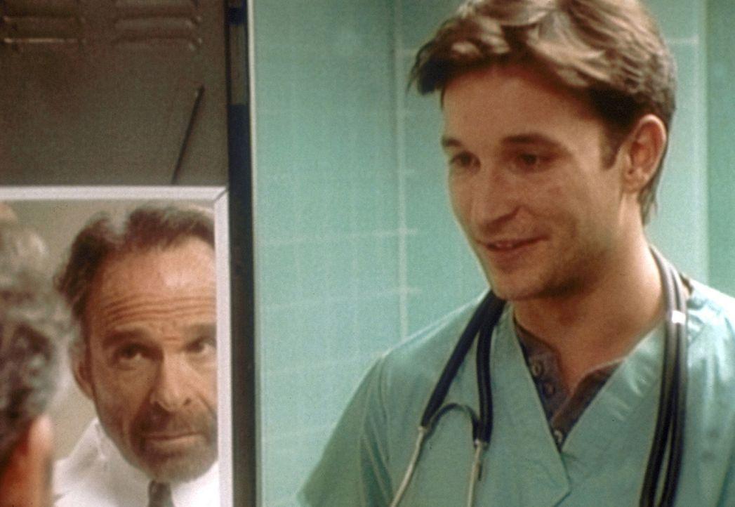 Carter (Noah Wyle, r.) möchte gerne in Vucelichs (Ron Rifkin, l.) Studienteam bleiben. - Bildquelle: TM+  2000 WARNER BROS.