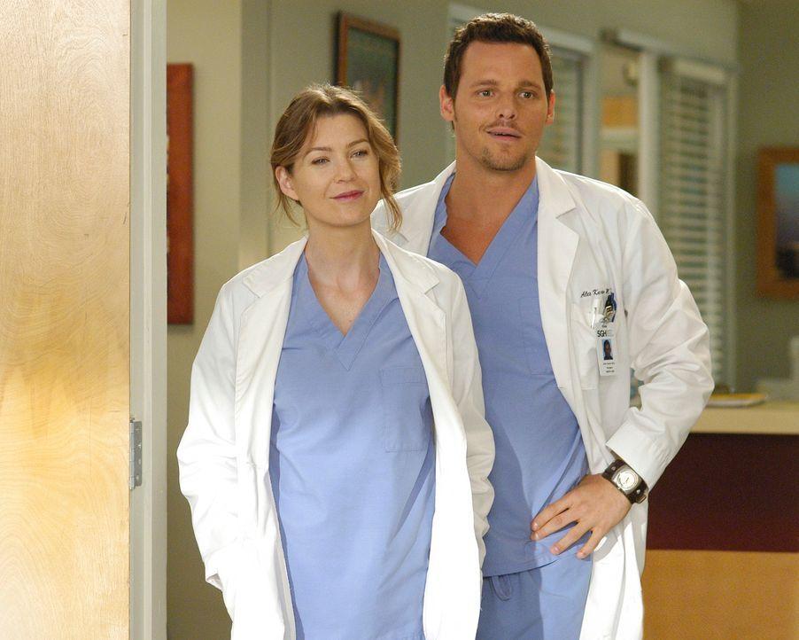 Während Alex (Justin Chambers, r.) sich mit einem 25 Jahre älteren Assistenzarzt abfinden muss, muss sich Meredith (Ellen Pompeo, l.) mit Lexie au... - Bildquelle: Touchstone Television