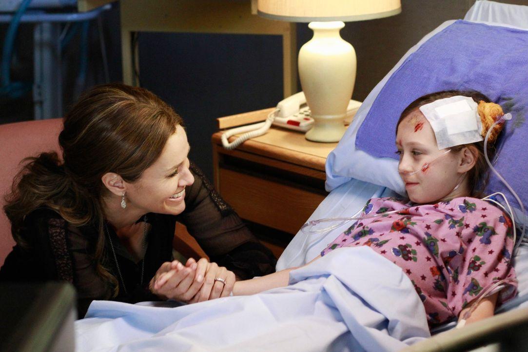 Dells Tochter, Betsey (Hailey Sole, r.) wird in der Notaufnahme gebracht. Violet (Amy Brenneman, l.) und die anderen Ärzte machen sich große Sorge... - Bildquelle: ABC Studios