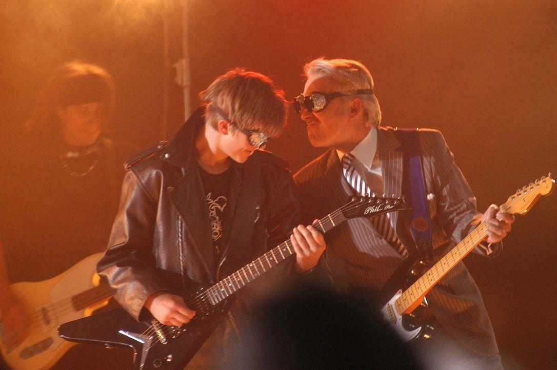 Marc (Christopher Reinhardt, l.) wird mit Lou Ziffers (Christoph M. Ohrt, r.) Hilfe zum coolen Gitarristen der Schulband. - Bildquelle: Sat.1