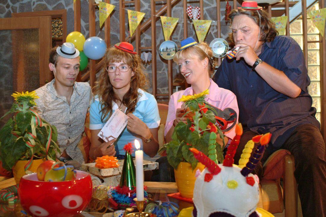 Lisa (Alexandra Neldel, 2.v.l.) gelingt es nicht, ihren Geburtstag mit Jürgen (Oliver Bokern, l.) und ihren Eltern (Ulrike Mai, 2.v.r.; Volker Hero... - Bildquelle: Monika Schürle Sat.1