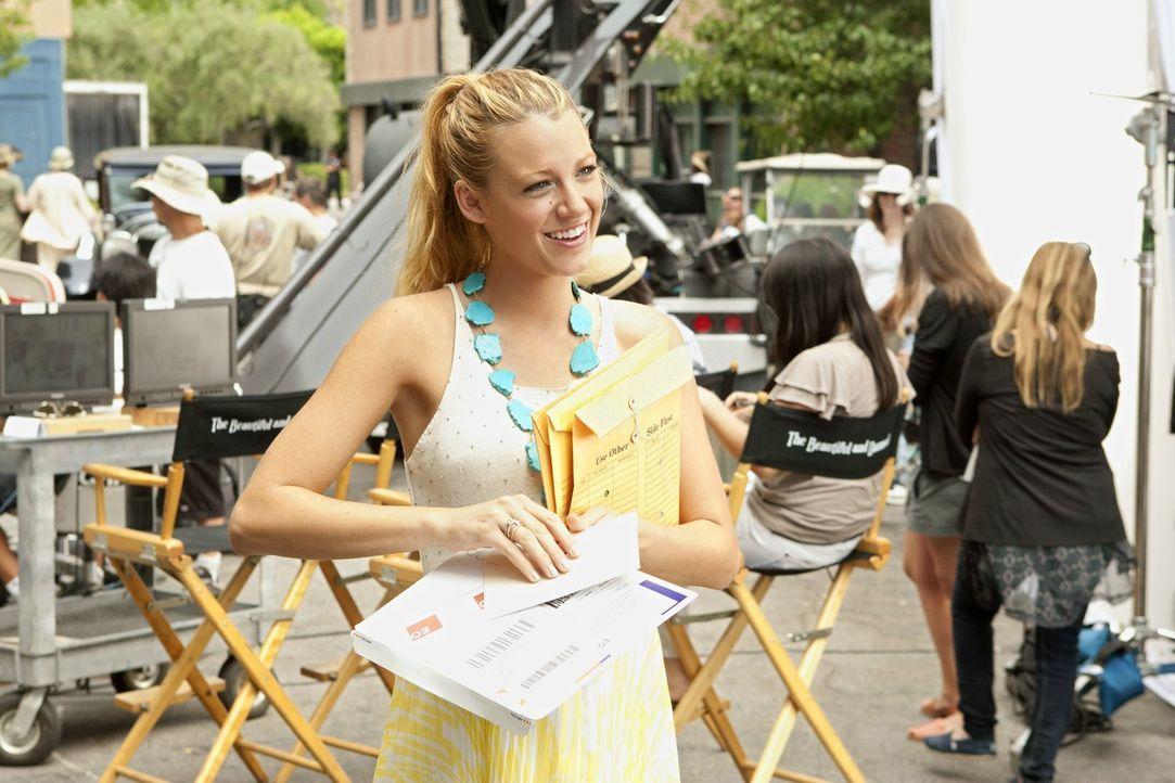 Serena (Blake Lively) erweist sich als fähige Produktions-Assistentin. Ihr direkter Vorgesetzter fürchtet deshalb um seinen Job und stellt Serena ei... - Bildquelle: Warner Bros. Television