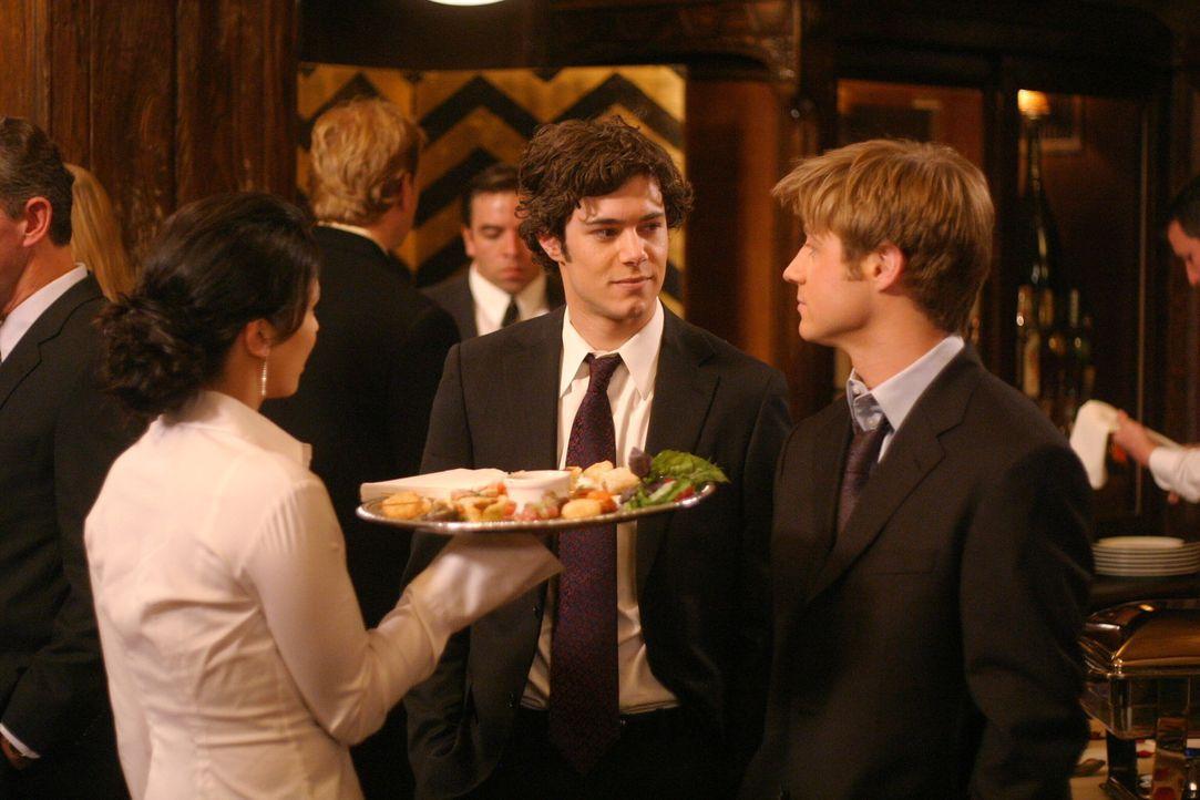 Seth (Adam Brody, M.) bemerkt die Anspannung zwischen Ryan (Benjamin McKenzie, r.) und Theresa (Navi Rawat, l.) und erwartet eine Erklärung von Rya... - Bildquelle: Warner Bros. Television