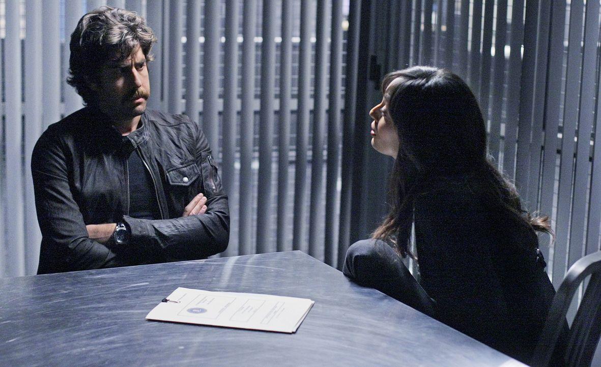 Hat Chris McNall (Adam Goldberg, l.) etwas mit dem Mord an Brett Fuller zu tun? Liz (Aya Sumika, r.) und ihre Kollegen versuchen Alles um dies herau... - Bildquelle: Paramount Network Television