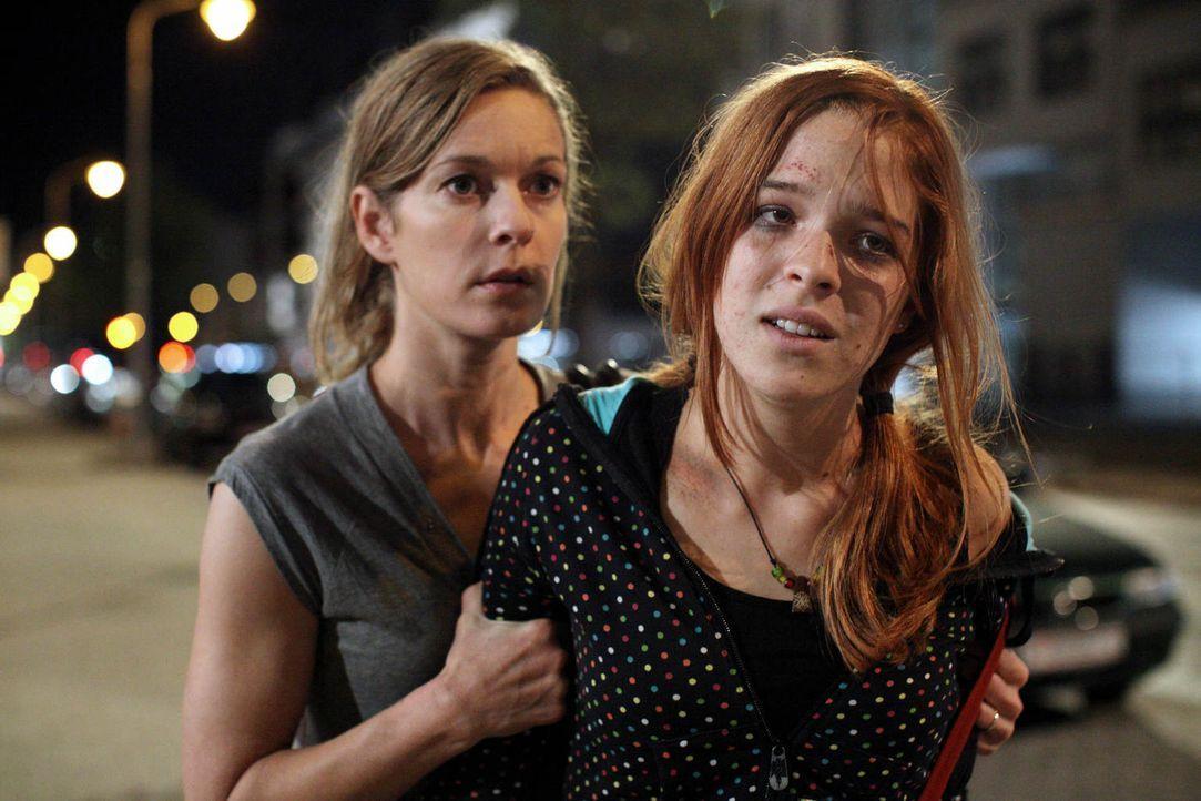 Verzweifelt versucht Maria (Lisa Martinek, l.) ihre Tochter (Nikola Rudle, r.) aus den Fängen des Junkies Robi zu befreien. Als gutes Zureden nicht... - Bildquelle: Petro Dominigg SAT.1