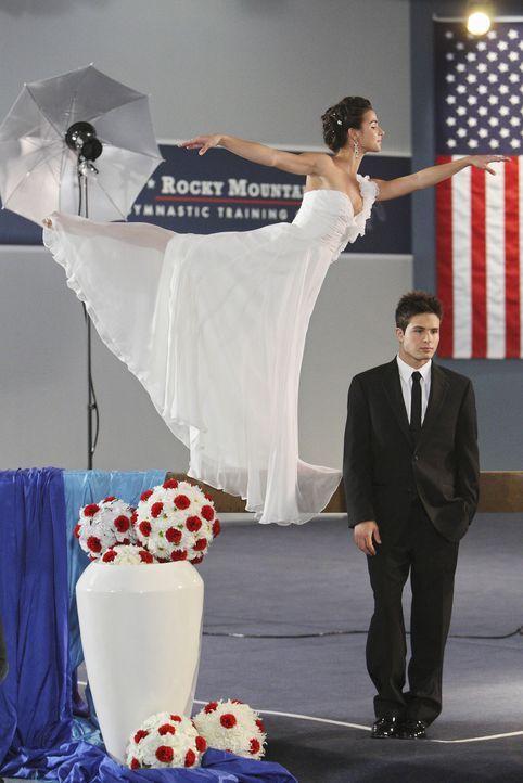 Kaylie Cruz (Josie Loren, l.) und Nick (Cody Longo, r.) werden von M.J. - ihrer Agentin - als Paar vermarktet. Kaylie ist das Ganze eigentlich viel... - Bildquelle: 2009 Disney Enterprises, Inc. All rights reserved.