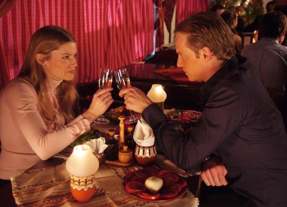 Ahnen nicht, dass ihre Flitterwochen ganz anders als geplant verlaufen werden: Edvard (Luke Mably, r.) und Paige (Kam Henskin, l.) ... - Bildquelle: Nu Image Films