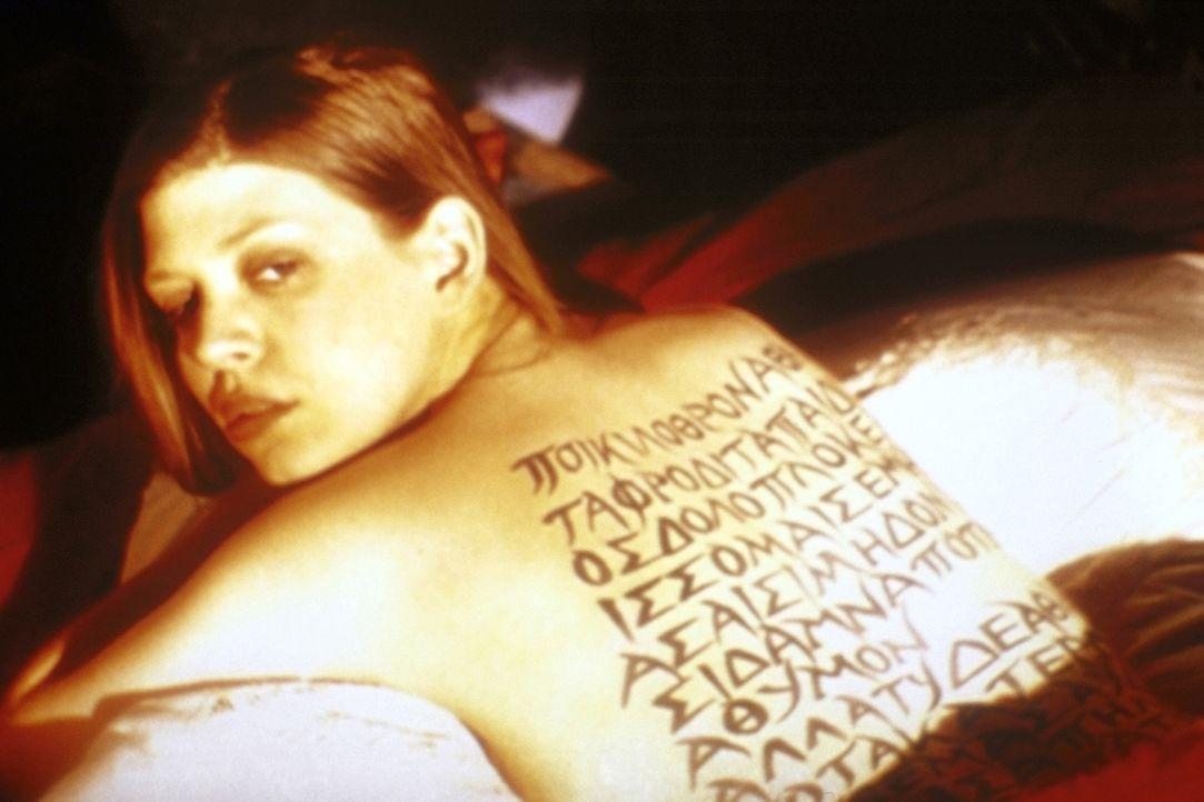 Tara (Amber Benson) stellt ihren Rücken für eine Geheimbotschaft zur Verfügung. - Bildquelle: TM +   2000 Twentieth Century Fox Film Corporation. All Rights Reserved.