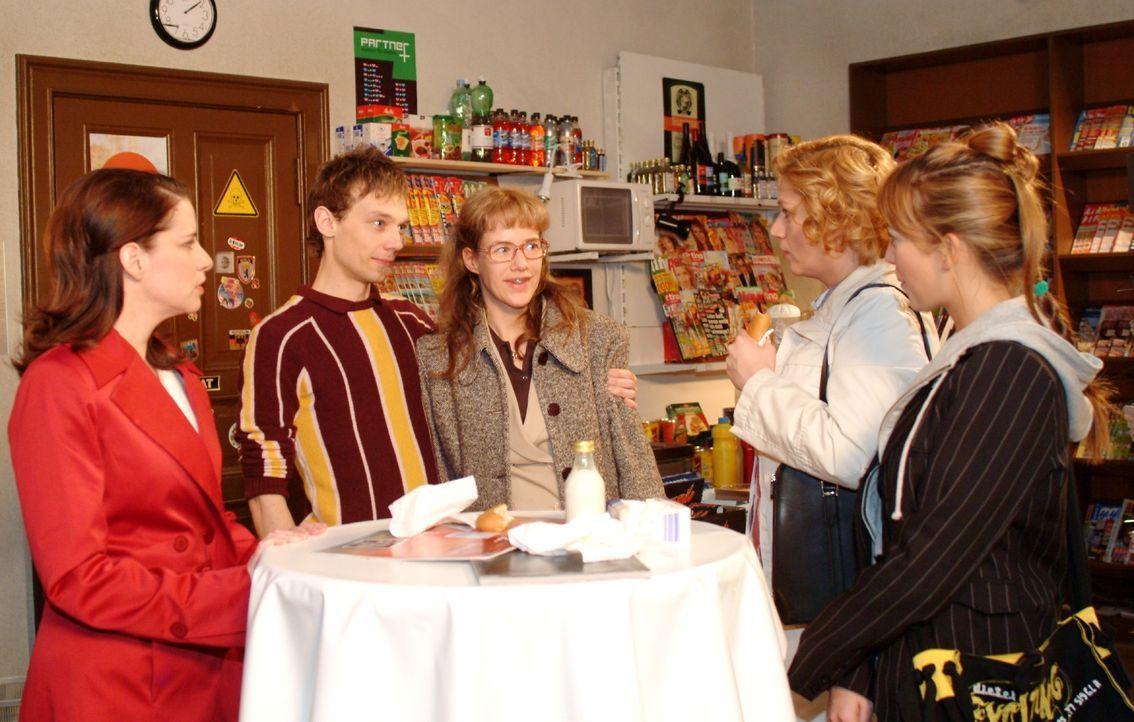 Lisa (Alexandra Neldel, M.) staunt nicht schlechter als Inka (Stefanie Höner, l.), Agnes (Susanne Szell, 2.v.r.) und Hannah (Laura Osswald, r.), als... - Bildquelle: Monika Schürle SAT.1 / Monika Schürle