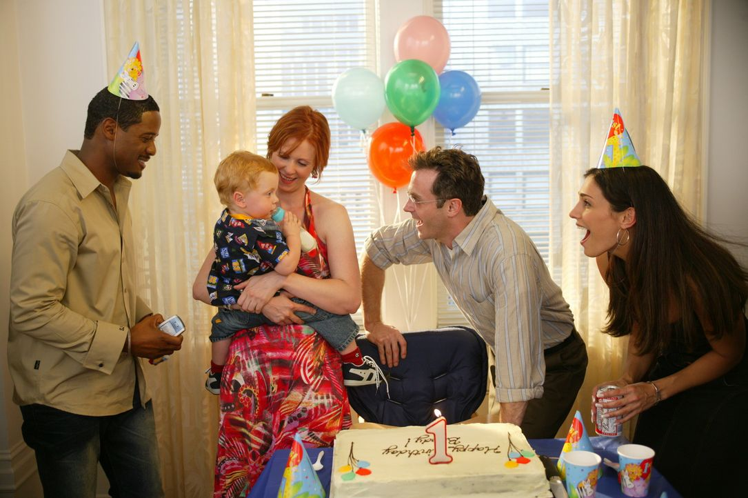 Bradys erster Geburtstag: Miranda (Cynthia Nixon, M.), Robert (Blair Underwood, l.), Steve (David Eigenberg, 2.v.r.) und Debbie (Eleni Fuiaxis, r.)... - Bildquelle: Paramount Pictures