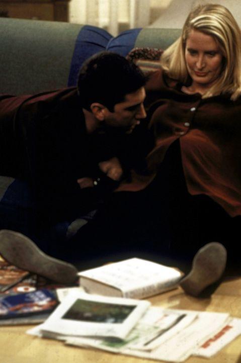 Ross (David Schwimmer, l.) lauscht am Bauch von Carol (Jane Sibbett, r.), die ihr gemeinsames Baby erwartet. - Bildquelle: TM+  2000 WARNER BROS.