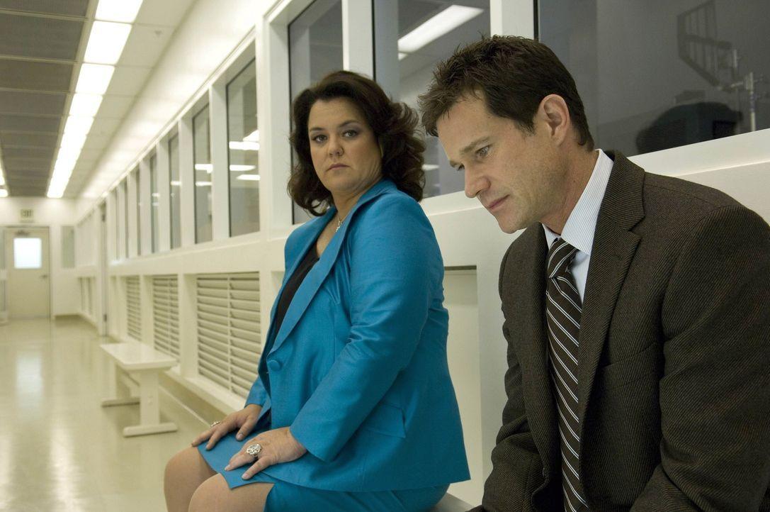 Im Genlabor sehen sich Sean (Dylan Walsh, r.) und Dawn Budge (Rosie O'Donnell, l.) das neue Ohr an ... - Bildquelle: TM and   2004 Warner Bros. Entertainment Inc. All Rights Reserved.