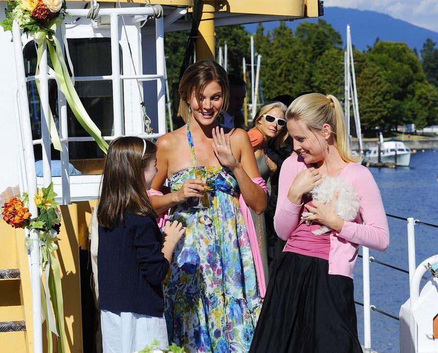 Bei einer Bootstour kümmern sich Beth (Amber Borycki, M.) und Lucy (Sarah Smyth, r.) rührend um Blumenmädchen Madison (Cassandra Sawtell, l.) ... - Bildquelle: 2009 CBS Studios Inc. All Rights Reserved.