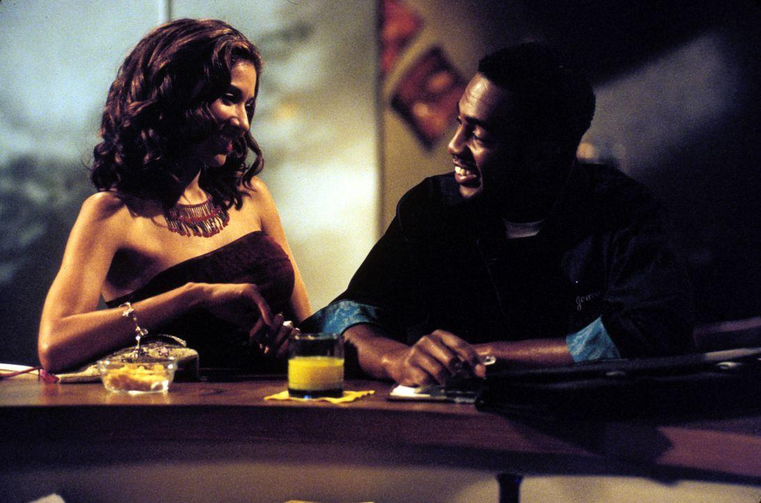 Nachdem Clay sein Date mit Danielle (Idalis DeLeon, l.) verpatzt hat, sieht Jeremiah (Bill Bellamy, r.) seine Chance gekommen ... - Bildquelle: Paramount Television