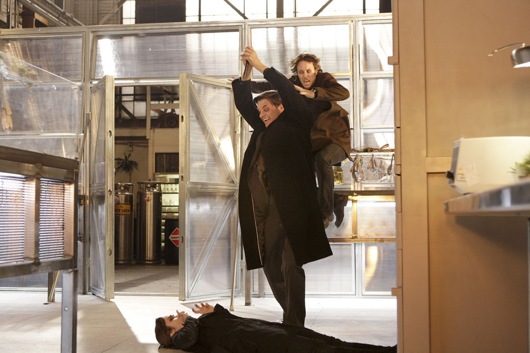 Im letzten Moment greift Mick (Alex O'Loughlin, hinten) ein, als der brutale Vampir Lance (Jason Butler Harner, M.) versucht, Coraline (Shannyn Soss... - Bildquelle: Warner Brothers