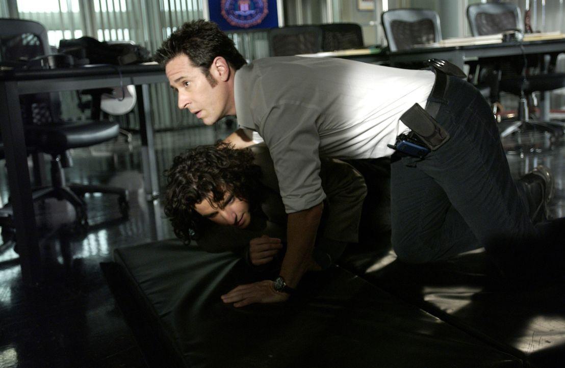 Bei einem Überfall auf das FBI-Büro, können sich Don (Rob Morrow, r.) und Charlie (David Krumholtz, l.) gerade noch rechtzeitig in Sicherheit bringe... - Bildquelle: Paramount Network Television