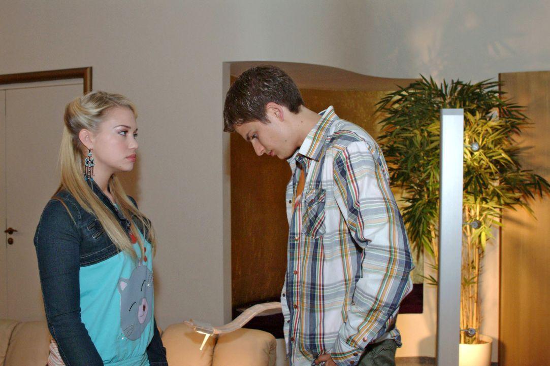 Kim (Lara-Isabelle Rentinck, l.) ist enttäuscht, dass Timo (Matthias Dietrich, r.) ihr nicht mehr zuhört und von ihren Problemen nichts wissen will. - Bildquelle: Monika Schürle SAT.1 / Monika Schürle