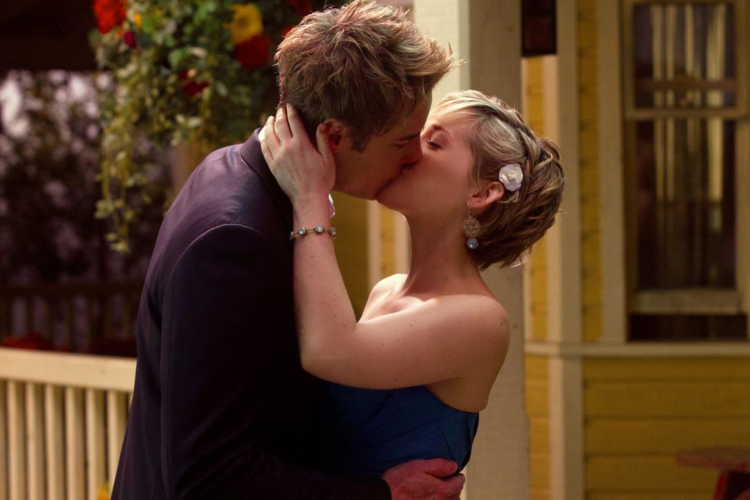 Kurz bevor Clark und Lois sich das Ja-Wort geben, wird Oliver (Justin Hartley, l.) vom der Dunkelheit überwältigt. Nur Chloe (Allison Mack, r.) kann... - Bildquelle: Warner Bros.