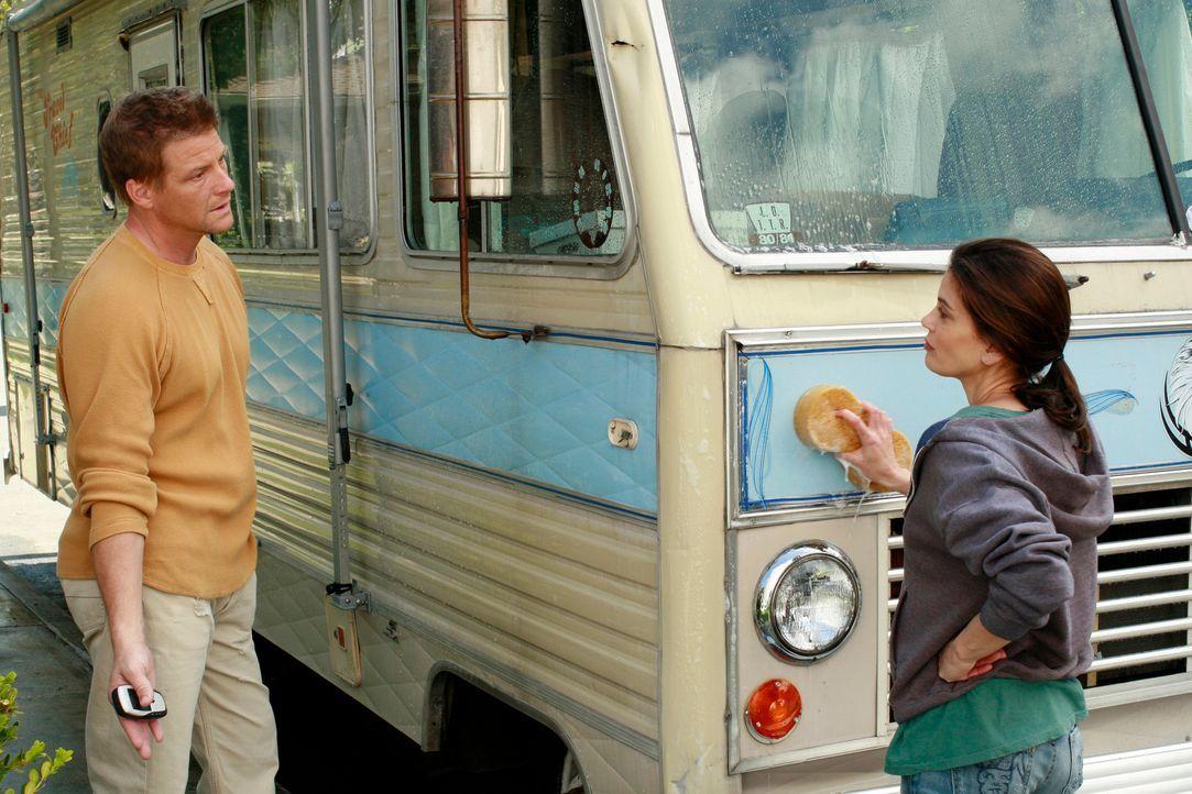 Tom (Doug Savant, l.) ist besorgt und fragt Susan (Teri Hatcher, r.), die gerade dabei ist ihr neues Heim einzurichten, ob sie etwas von Lynette geh... - Bildquelle: 2005 Touchstone Television  All Rights Reserved