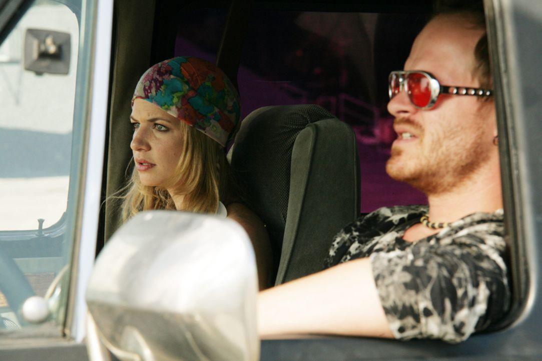 Das freakige Hippiepärchen Mandy (Susan Sideropoulus, l.) und Eddie (Marc Ben Puch, r.) beziehen direkt neben den Wagners einen Bungalow und werden... - Bildquelle: Volker Roloff SAT.1