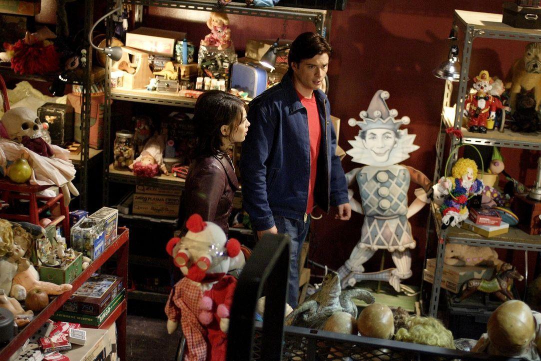 Zusammen machen sich Lana (Kristin Kreuk, l.) und Clark (Tom Welling, r.) auf die Suche nach dem Spielzeugmacher. Sie sollten bald herausfinden, das... - Bildquelle: Warner Bros.