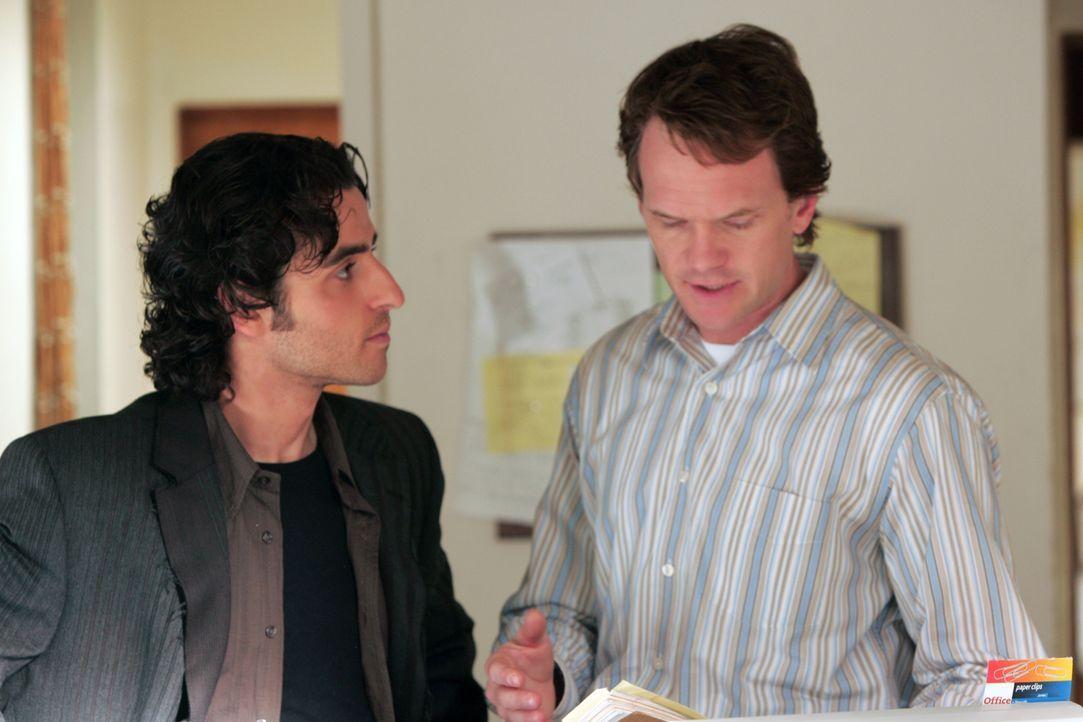 Um Ethan Burdicks (Neil Patrick Harris, r.) Tochter aus den Fänger der Entführer zu befreien, hat Charlie (David Krumholtz, l.) eine geniale Idee ..... - Bildquelle: Paramount Network Television