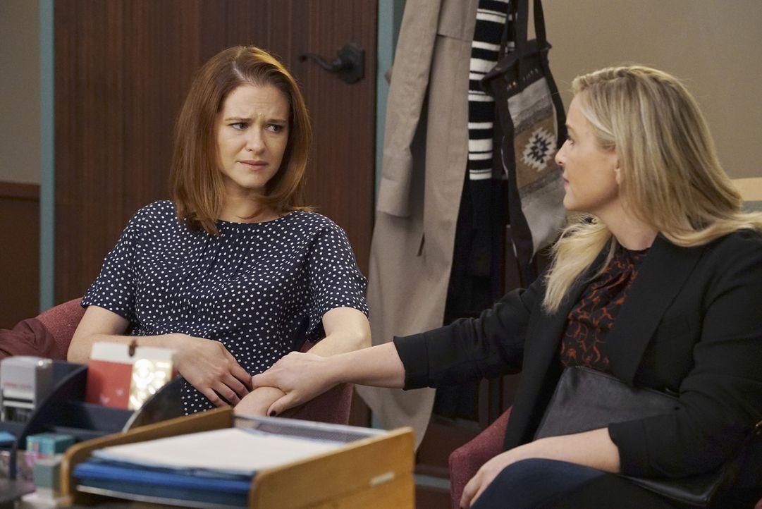 Endlich haben sie es geschafft und sich wieder angenähert: Arizona (Jessica Capshaw, r.) steht April (Sarah Drew, l.) in ihrer schwierigen Zeit zur... - Bildquelle: Eric McCandless ABC Studios