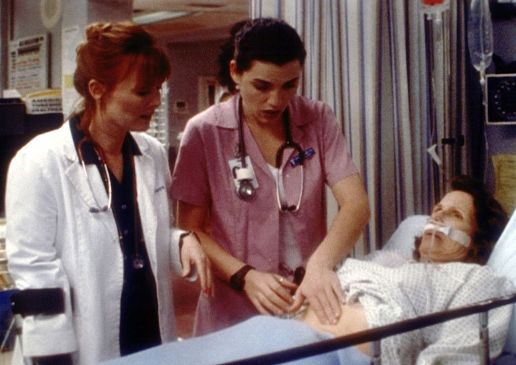 Obwohl Schwester Hathaway (Julianna Margulies, r.) mit Bravour die Eignungsprüfung bestanden hat und Dr. Weaver (Laura Innes, l.) sich sehr bemüht... - Bildquelle: TM+  2000 WARNER BROS.