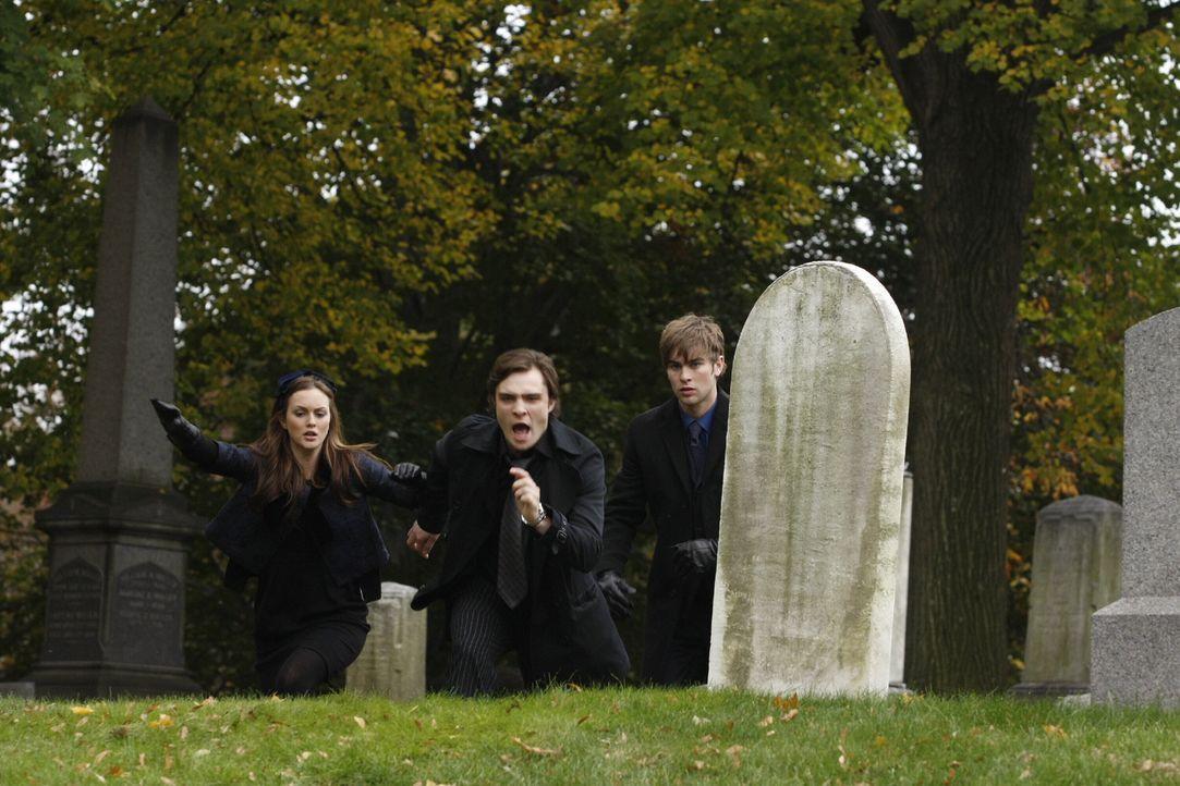 Die Beerdigung von Bart steht an und Chuck (Ed Westwick, M.) dreht völlig durch. Nate (Chace Crawford, r.) und Blair (Leighton Meester, l.) versuche... - Bildquelle: Warner Brothers