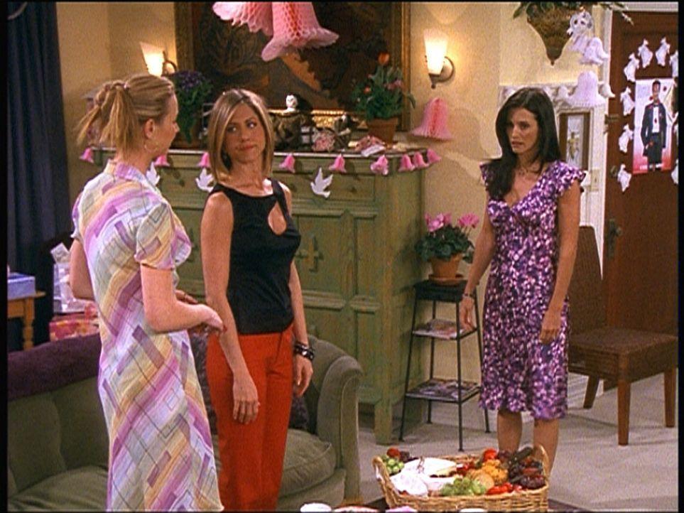 Rachel (Jennifer Aniston, M.) und Phoebe (Lisa Kudrow, l.) sind geknickt, als Monica (Courteney Cox, r.) zu spät zu ihrer Überraschungsparty kommt... - Bildquelle: TM+  2000 WARNER BROS.