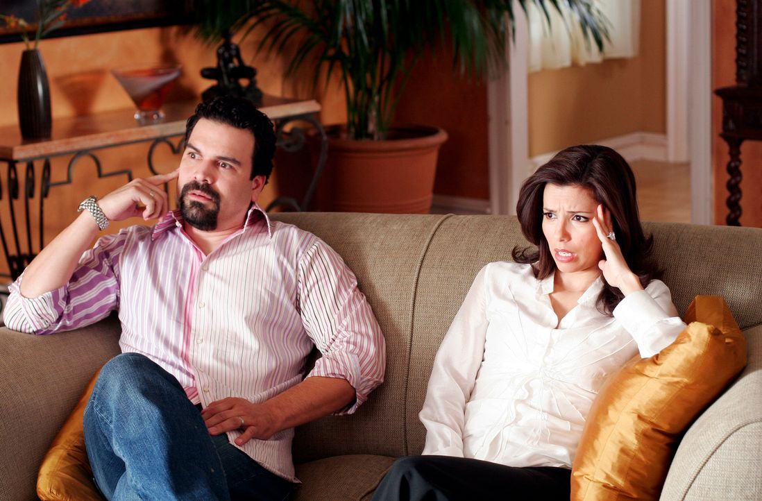 Gabrielle (Eva Longoria, r.) und Carlos (Ricardo Antonio Chavira, l.) versuchen eine Frau zu finden, die ihnen ihr Baby zur Adoption überlässt, doch... - Bildquelle: 2005 Touchstone Television  All Rights Reserved