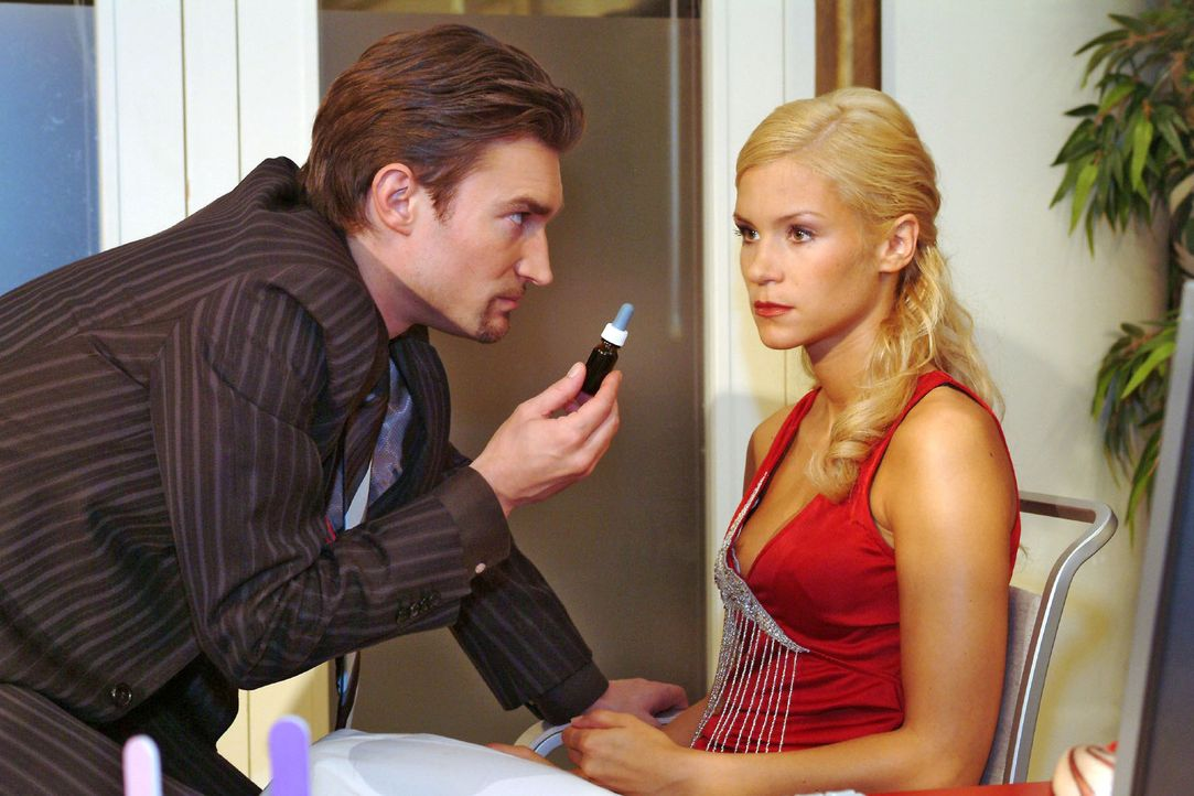 Sabrina (Nina-Friederike Gnädig, r.) hat Richards (Karim Köster, l.) Gefühle zu ihr auf die Probe gestellt - und letztlich nur seine Skrupellosig... - Bildquelle: Monika Schürle Sat.1