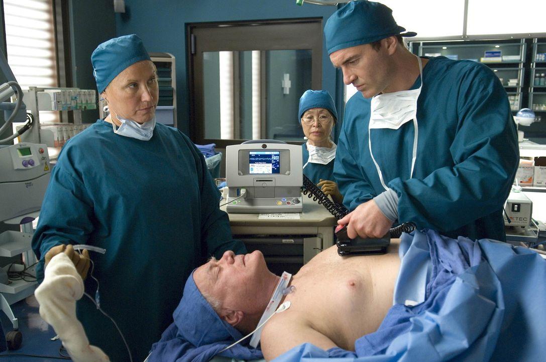 Nachdem Kimber erfahren hat, dass Matt Liz eine Niere geben würde beginnt sie, ihn langsam zu verführen. Unterdessen operiert Christian (Julian Mc... - Bildquelle: TM and   2004 Warner Bros. Entertainment Inc. All Rights Reserved.