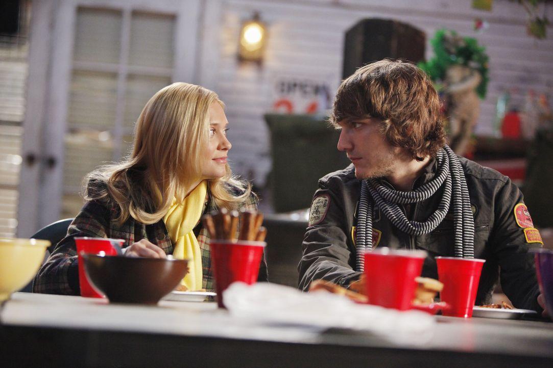 Cappie (Scott Michael Foster, r.) kann seine Gefühle für Casey (Spencer Grammer, l.) nicht länger verbergen ... - Bildquelle: 2010 Disney Enterprises, Inc. All rights reserved.