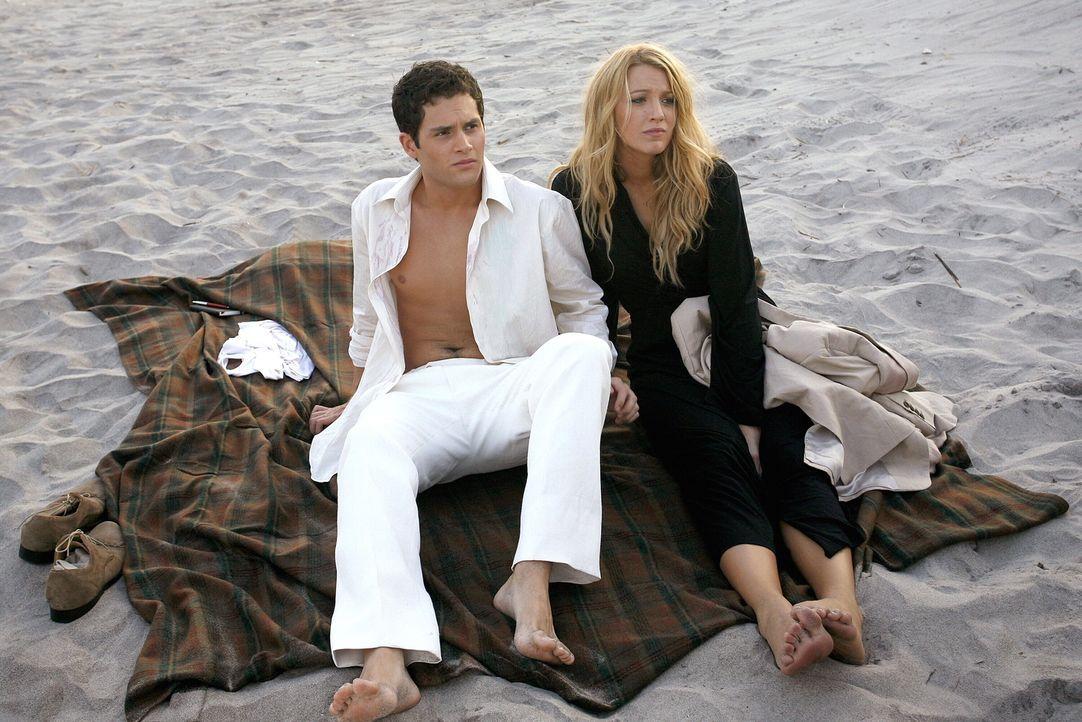 Serena (Blake Lively, r.) und Dan (Penn Badgley, l.) haben eine turbulente Nacht am Strand verbracht. Ob ihre Beziehung noch zu kitten ist? - Bildquelle: Warner Brothers