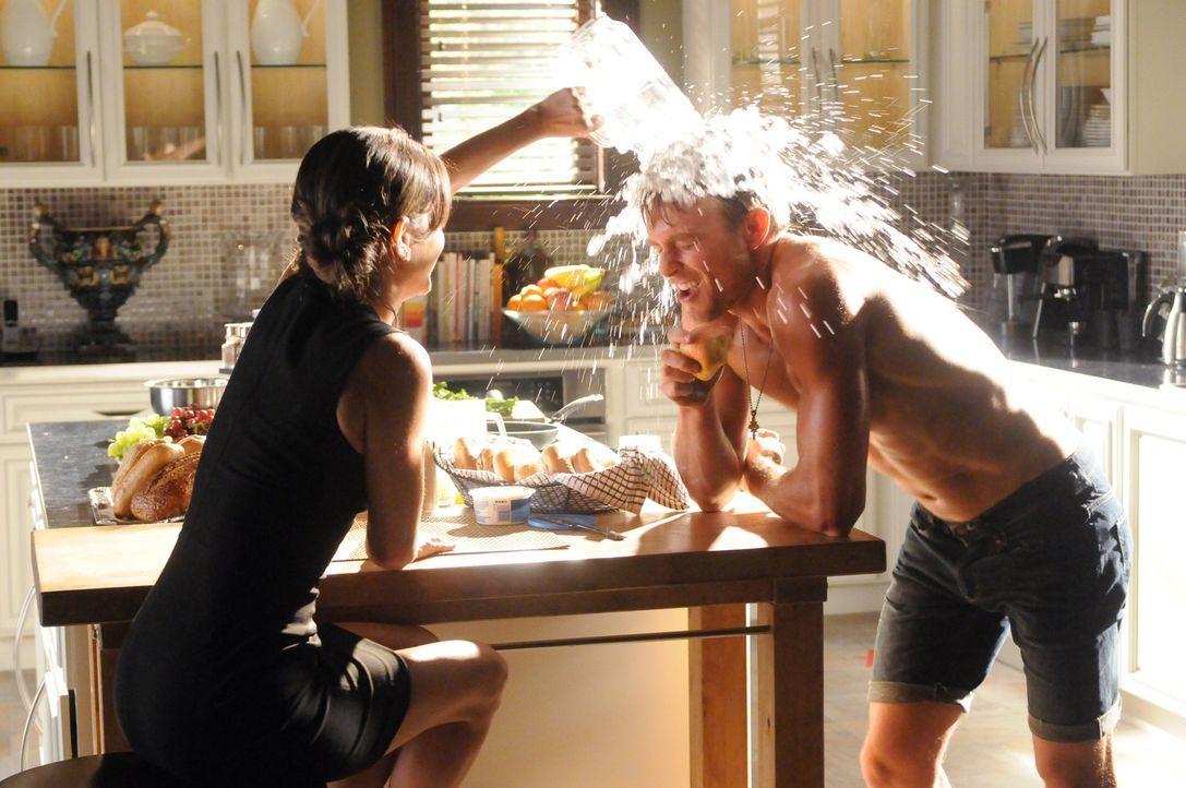 Die ganze Hitzewelle-Sache steigt auch Zoe (Rachel Bilson, l.) zu Kopf: Sie fühlt sich ganz plötzlich zu Wade (Wilson Bethel, r.) hingezogen ... - Bildquelle: Warner Bros.