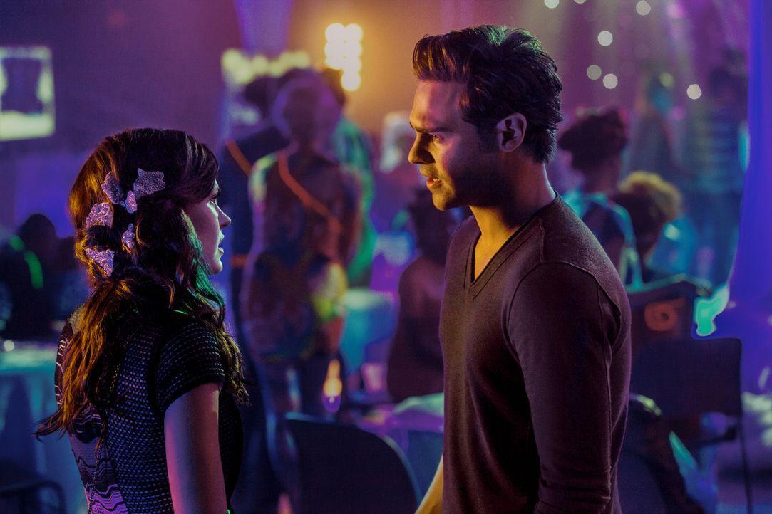 Was wird Grayson (Grey Damon, r.) tun, nachdem einer der Red Hawks ihm erzählt, dass Emery (Aimée Teegarden, l.) von einem Atrian schwanger ist? - Bildquelle: 2014 The CW Network, LLC. All rights reserved.