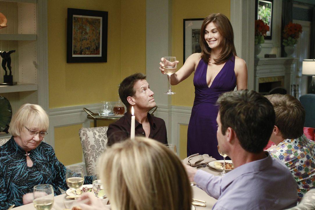Als Susan (Teri Hatcher, 3.v.r.) und Mike (James Denton, 3.v.l.) zurück in die Wisteria Lane ziehen, veranstalten ihre Freunde eine große Dinnerpart... - Bildquelle: ABC Studios