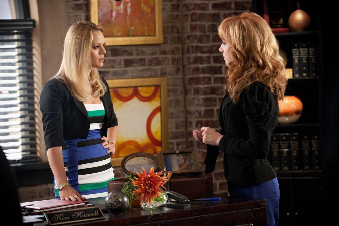 Kim (Kate Levering, l.) verteidigt Jenna Kaswell-Bailey (Kathy Griffin, r.). Sie möchte unbedingt eine antike Uhr haben, die sich jedoch im Familie... - Bildquelle: 2011 Sony Pictures Television Inc. All Rights Reserved.