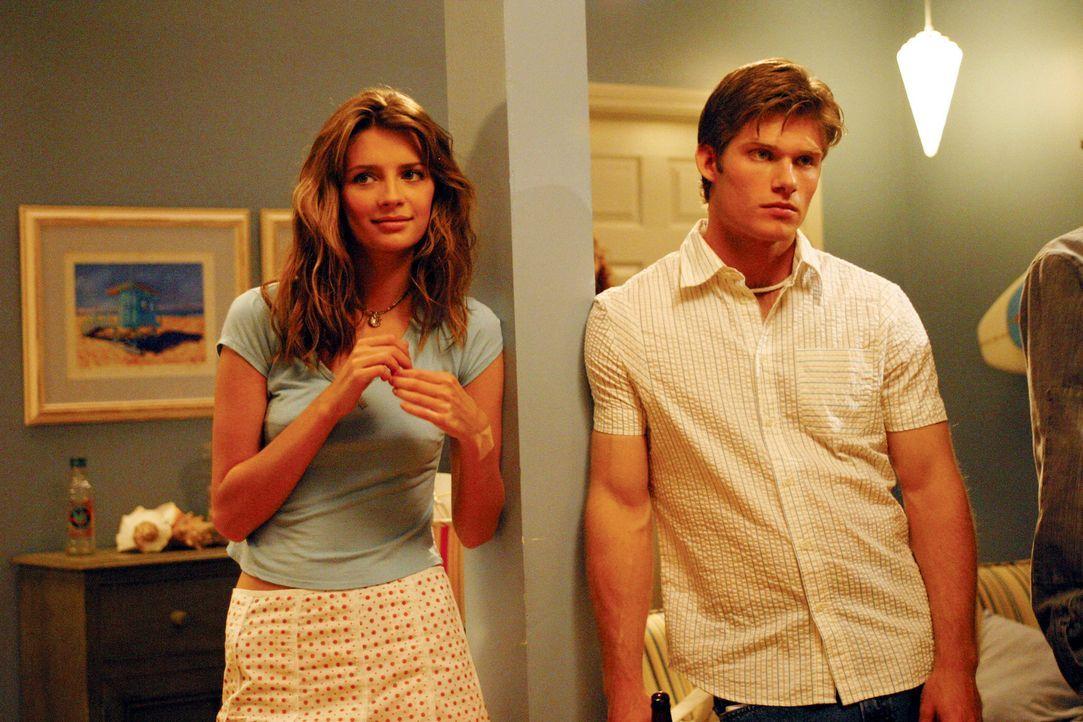 Marissa (Mischa Barton, l.) ist mit Luke (Chris Carmack, r.) auf einer Party. Als Luke und seine Freunde über Ryan herziehen hält sie es nicht meh... - Bildquelle: Warner Bros. Television