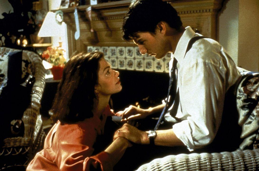 Immer mehr leidet Abby (Jeanne Tripplehorn, l.) unter der permanenten Abwesenheit ihres Mannes Mitch (Tom Cruise, r.), der nur für die Kanzlei zu l... - Bildquelle: Paramount Pictures